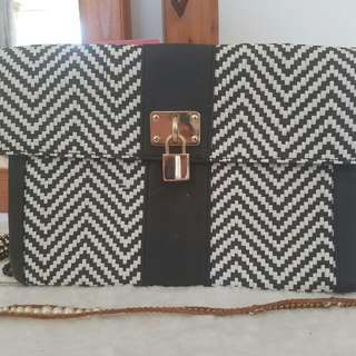 Black And White Pattern Clutch $7 No Key Just Buttons Open