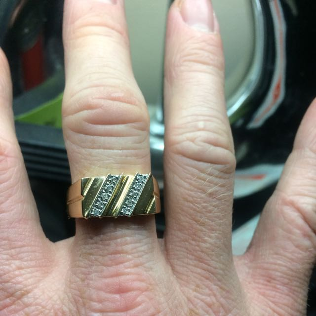 9 ct gold ring incrusted with10 diamonds