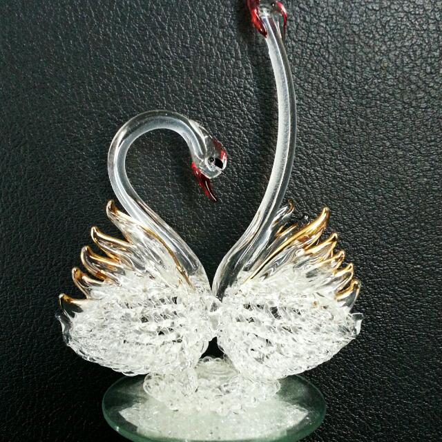 Glass Swans Showpiece