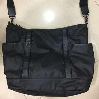 日本Agnes b 防刮皮 黑色斜背包
