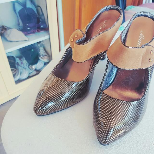 Gold Women's Heels Brand New Size 39