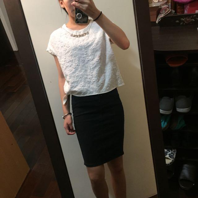 繡花白上衣+牛仔窄裙