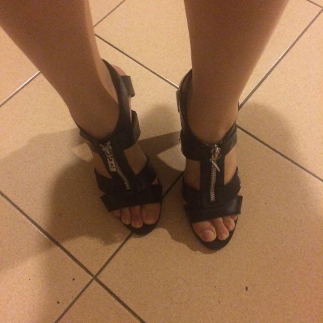 SEpatu Heels Stylish Hitam