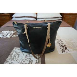 100% Authentic Michael Kors Black and Cream Leather Shoulder Bag w/ Gold Hardware RRP US$220.00