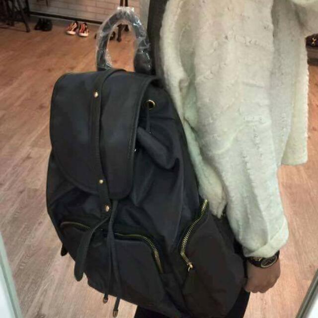 全新韓國代購回,尼龍拼接真皮黑色後背包,只有一個,1500含運^^