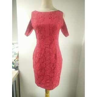 Dress Fit Body Renda Dengan Detail Cold Shoulder