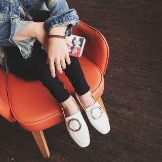 《早·衣服》秋味十足🍁 到處都有圓釦裝飾 腳上怎麼可以沒有😆復古圓釦低跟方頭樂福鞋單鞋(預) 米白