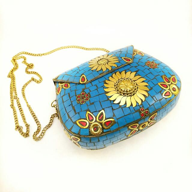 b31275838b8f28 🆕 Vintage Style Hard Case Clutch With Gold Chain Sling, Women's Fashion,  Bags & Wallets on Carousell