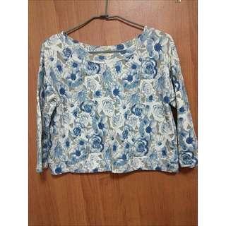 藍白 玫瑰 花花 短版 七分袖 大領口上衣