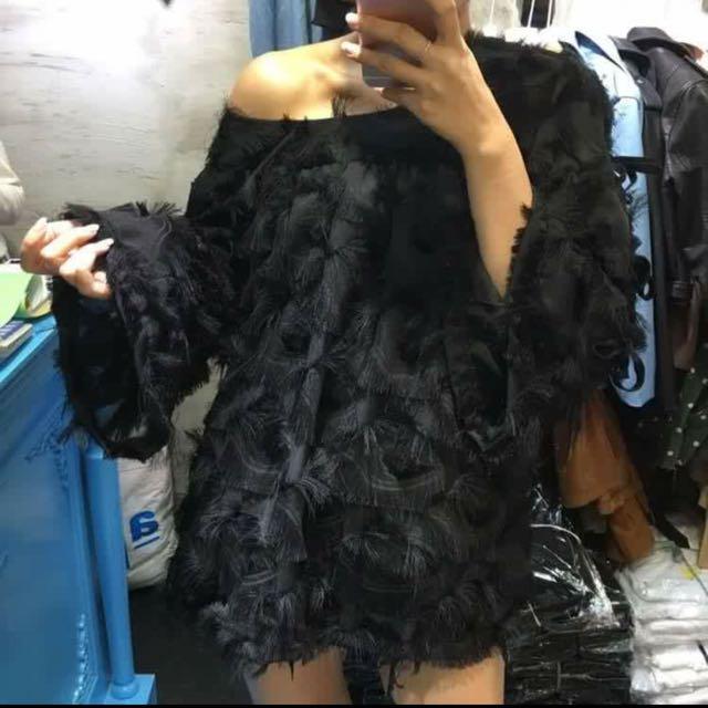 正韓-輕薄羽毛寬領造型上衣