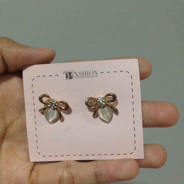 Anting Tusuk Pita