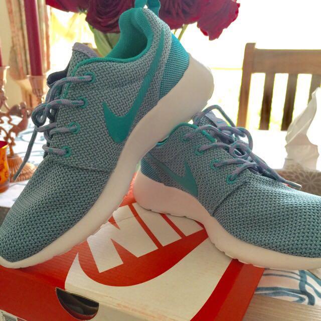 Nike Women Rosherun Size 6.5