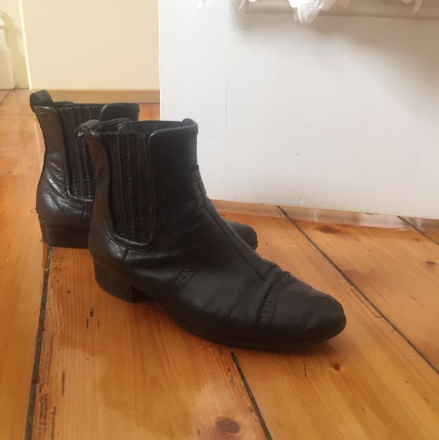 COUNTRY ROAD BLACK LEATHER BOOTS