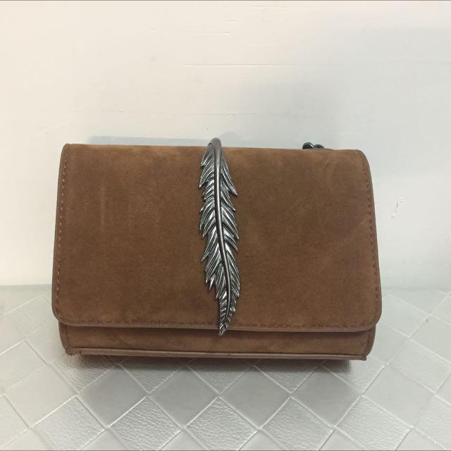 Zara咖啡色駝色單肩鏈條金屬葉小包 2016/4月購入,沒在用,全新,吊牌如圖 包包尺寸17*13*4 公分 鏈條115公分 原價1200$上下
