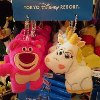 🚚 夏趴。日本東京迪士尼樂園限定【玩具總動員】熊抱哥和小奶油 娃娃吊飾/夾式