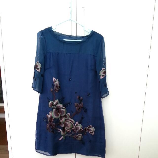 藍色繡花洋裝
