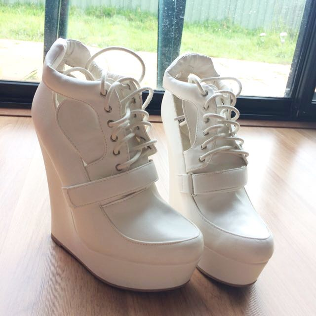 NEW NOVO White Lace Wedges