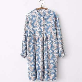 立領羽毛印花滿版復古長袖洋裝(附綁帶)-粉藍色