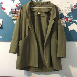 軍綠寬版風衣