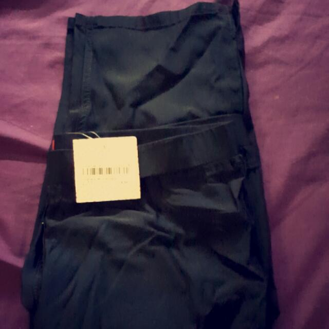 Black 3/4 Pants. Have A Stretch To Them. Fits Size 12-14. Brand New With Tags Rrp $19.99