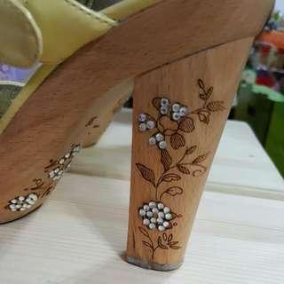🚚 義大利  真皮  乳黃色  木質鞋跟高跟鞋  二手品  36號