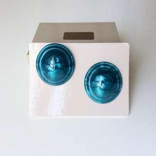 1989年全新庫存 Avon 深孔雀藍珠光波紋圓形塑料耳環。針式,美國品牌正品附原盒