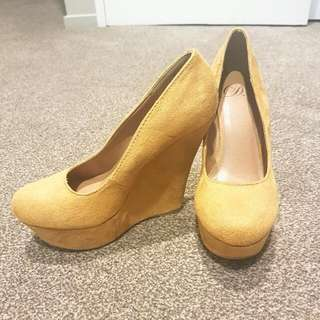 Mustard colour heels size: US 7 1/2 NZ size 7