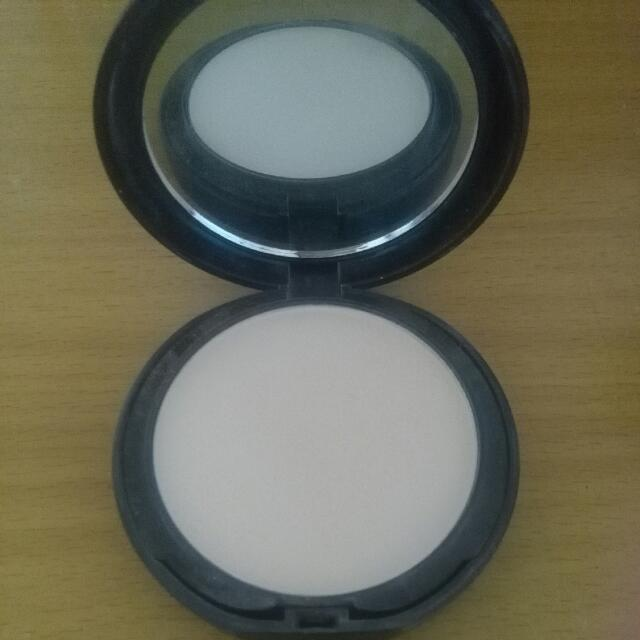 LA Girl Pressed Powder In Shade Ivory