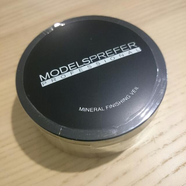 Models PreferProfessionalMineral Finishing Veil Powder