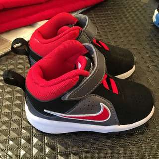 Nike Kids black-red shoes: Size : 5C