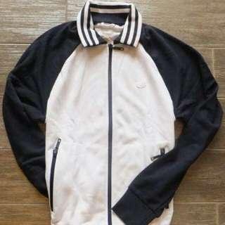 .每年必備經典款式. 全新正品 Adidas 白色+藍色復古三葉羽毛標 Logo 運動外套 .