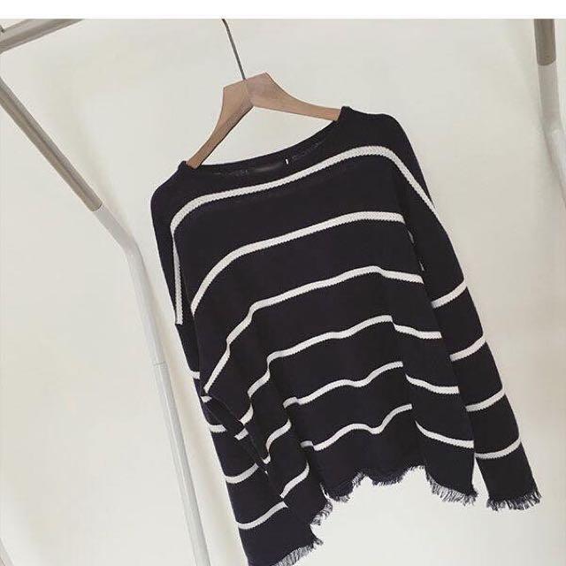 看似簡單 但有小設計的流蘇條文針織毛衣 藏青色一色