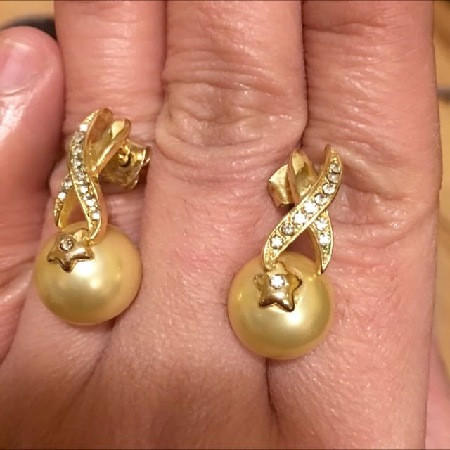 Gold Earrings with fresh water pearl