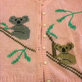 粉色 毛衣 無尾熊 外套有扣子