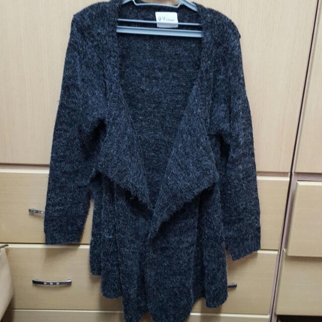 黑灰色厚毛衣外套