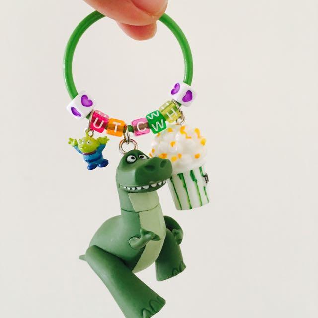 #客製-玩具總動員抱抱龍字母鑰匙圈 抱抱龍會變色喔