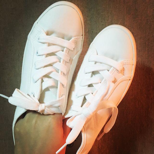 好搭白鞋內裡有墊 很柔軟 久走久站都不累 Size 都可訊