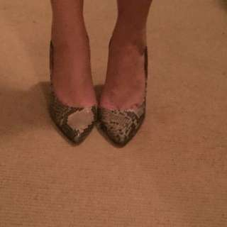 Pied a terre pointed toe snakeprint shoes size 6