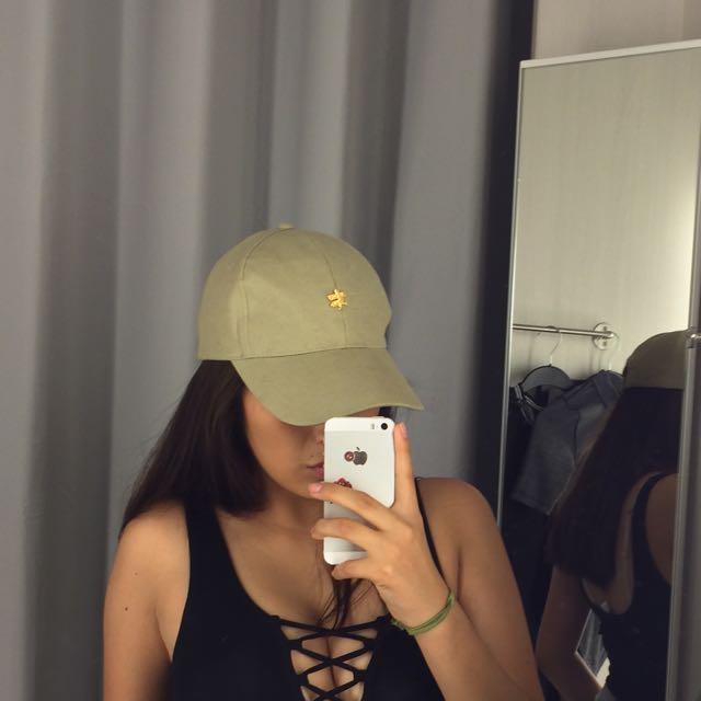 Beige hat (fake Pin)