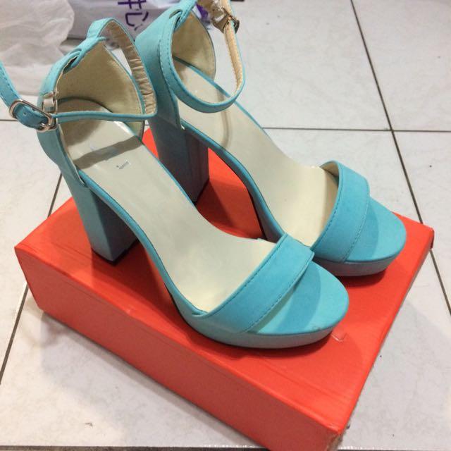 水藍色高跟鞋