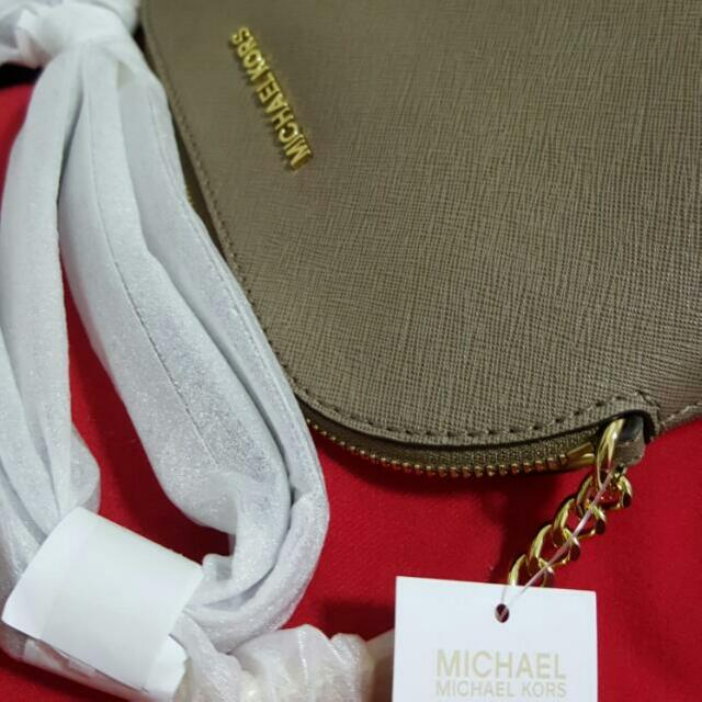 9b7fa94c3ac1 BNWT MICHAEL KORS CINDY LARGE SAFFIANO LEATHER CROSSBODY, Luxury, Bags &  Wallets on Carousell