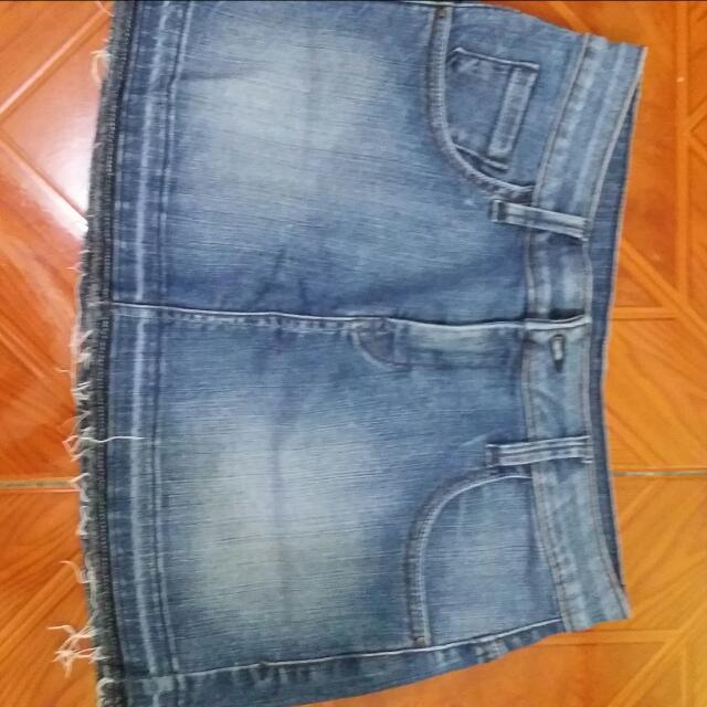 Repriced Original Guess Skirt 😊.