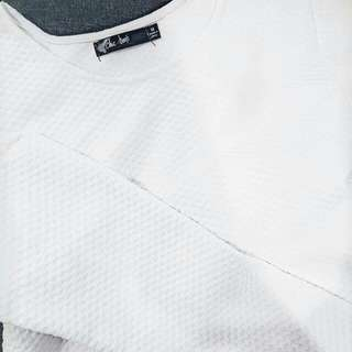 White Long-sleeved sweatshirt