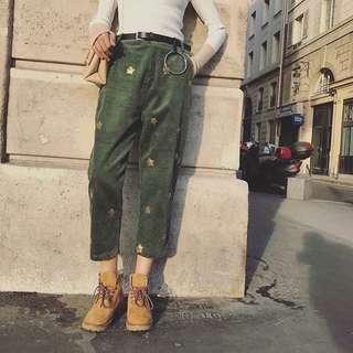 來件特別的條文絨布褲八 星星點綴是不是很特別 小哈倫的版型 有種小復古的感覺 配個短靴 高筒康維市 都別有一番風味呀🎸
