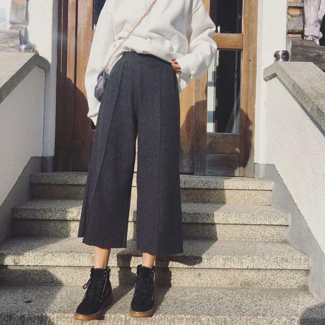 大可之前也買了件鬆緊腰的寬褲 覺得非常實穿呀 終於秋冬找到了也是鬆緊腰的毛料寬褲 材質含20%羊毛 保暖➕舒適 簡單純色設計 簡約不失時尚感喔