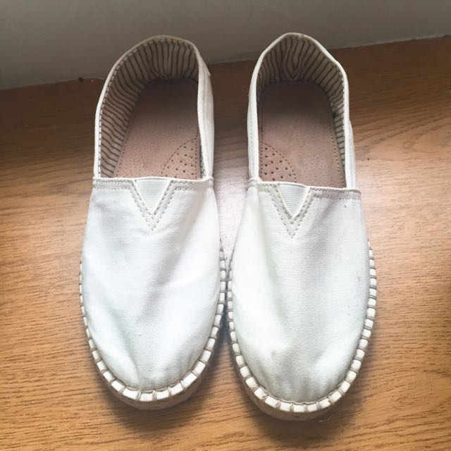 Lativ 白色休閒鞋/懶人鞋 24