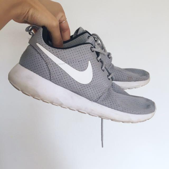 Nike Roshe Runs Size 6