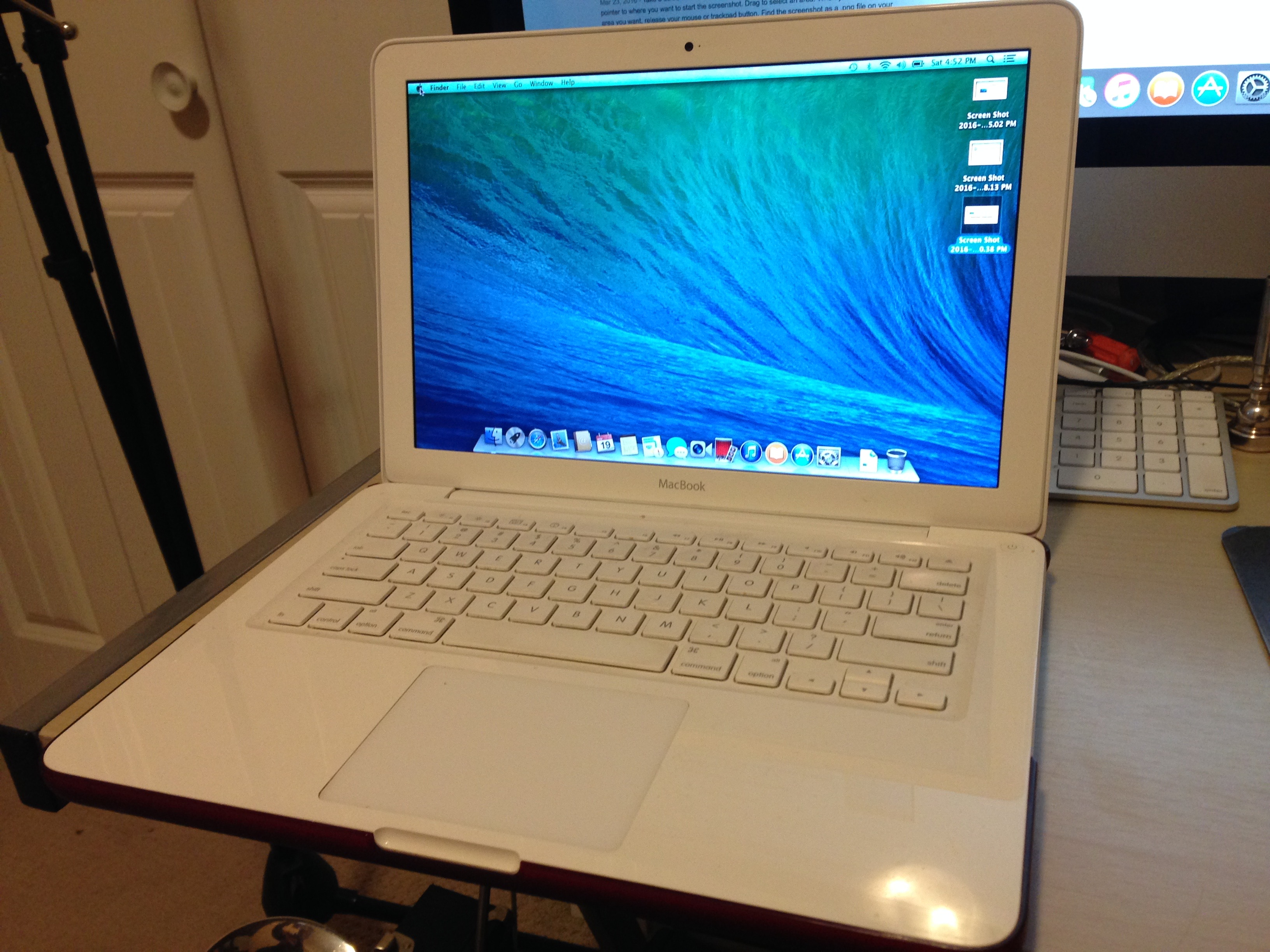 White 2009 MacBook 13""