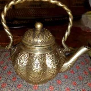 第銀茶壺十萬,手鐲,可能是明代的手鐲,十萬起,就賣了。