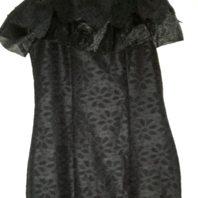 BLACK OFF SHOULDER DRESS NEVER BEEN USED BOUGHT FOR 800.00 GOOD FOR SMALL-SEMI MEDIUM